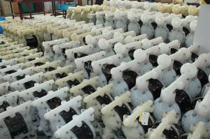 Rd, der pressluftbetätigte Plastikpumpen hin- und herbewegt
