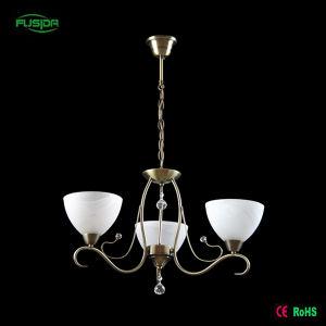 La decoración del hogar araña de cristal blanco de estilo clásico.