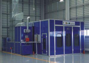 Автоматическая будочка краски для картины автомобиля в мастерской обслуживания гаража автомобиля