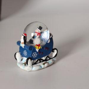 昇進最高と評価された樹脂のクリスマスのスノーマン水雪の地球