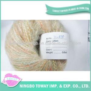 La mano de colores teje hilados de lana teñida de fantasía de acrílico