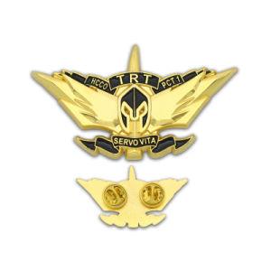 Morbidi d'ottone di marchio di modo del mestiere su ordinazione del metallo/smaltano duro il Pin lungo militare del risvolto dell'ago della bandierina dei leoni di obbligazione della polizia dell'emblema dell'argento dell'oro del distintivo per i regali di promozione
