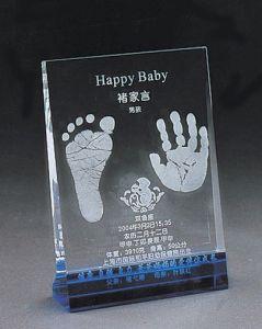 フィートプリントが付いている個人化された赤ん坊の水晶トロフィ賞の記念品