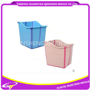 Bambino di plastica che bagna la muffa del contenitore