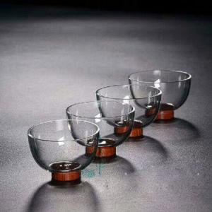 木製の軸受けが付いているレトロ様式のガラスコップのガラスビン