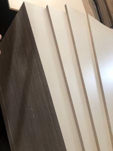 白いカラーメラミンはポプラのコアE1接着剤によって薄板にされた合板に直面した
