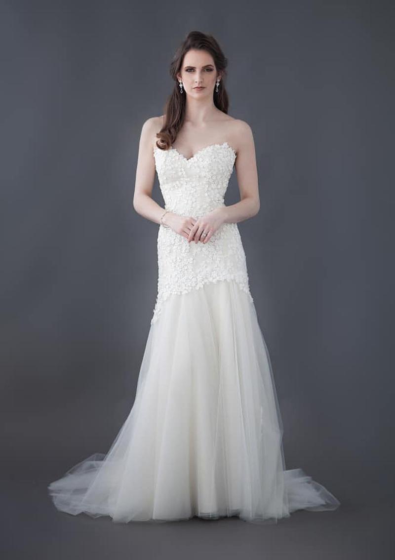 Vestido de boda moldeado hermoso del cordón de la flor con una larga ...