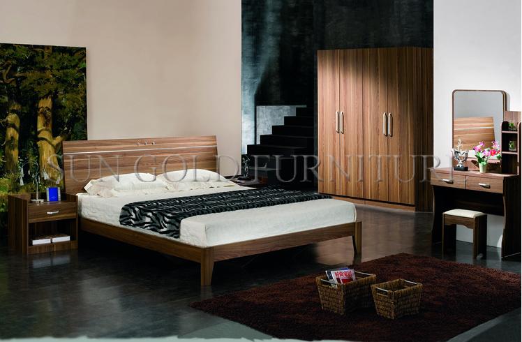 La mobilia della camera da letto imposta la base di legno dell\'hotel ...