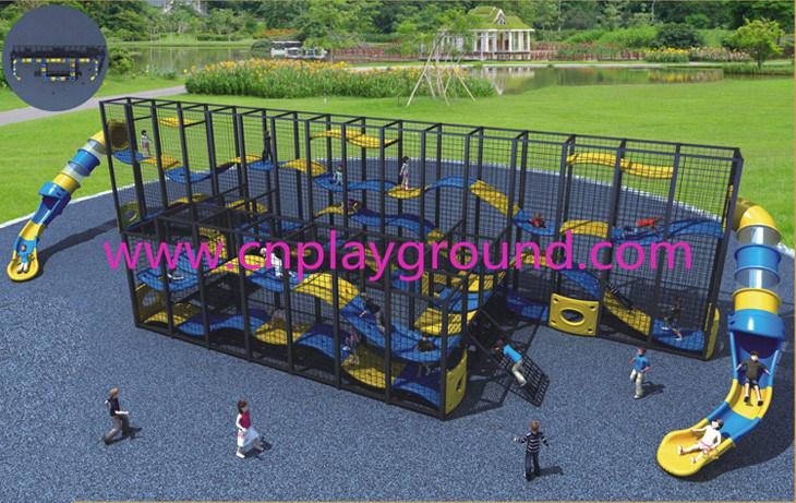 Los niños Marcos escalada al aire libre con la diapositiva ...
