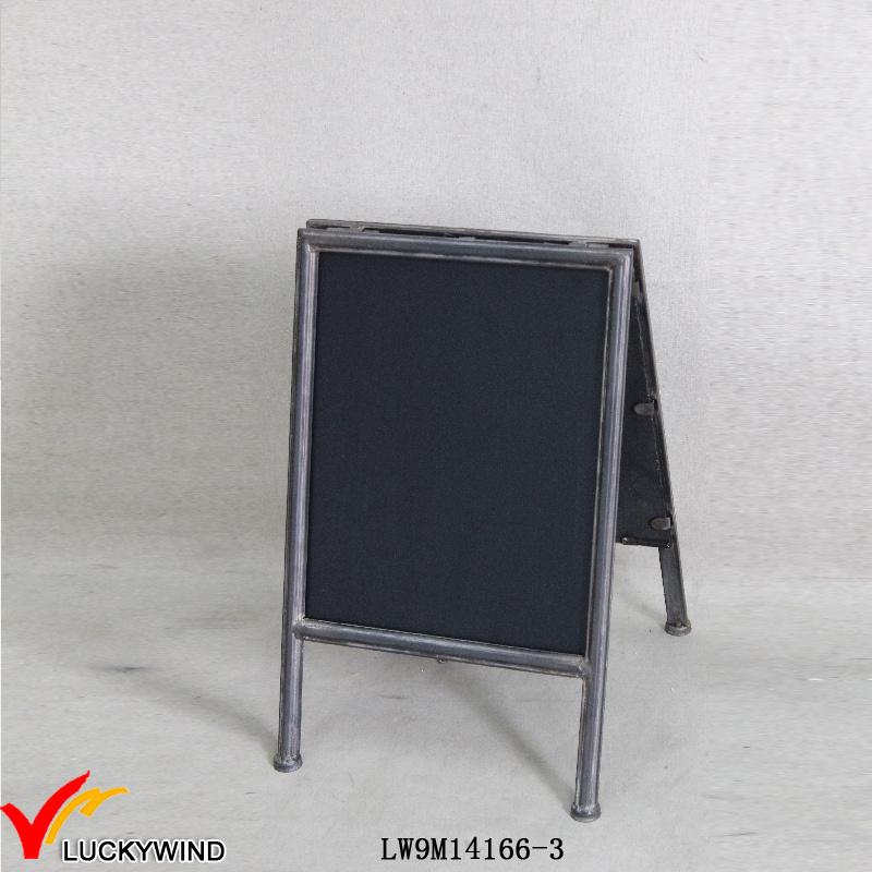 Un portátil pequeño soporte de metal antiguo enmarcado de pizarra de ...