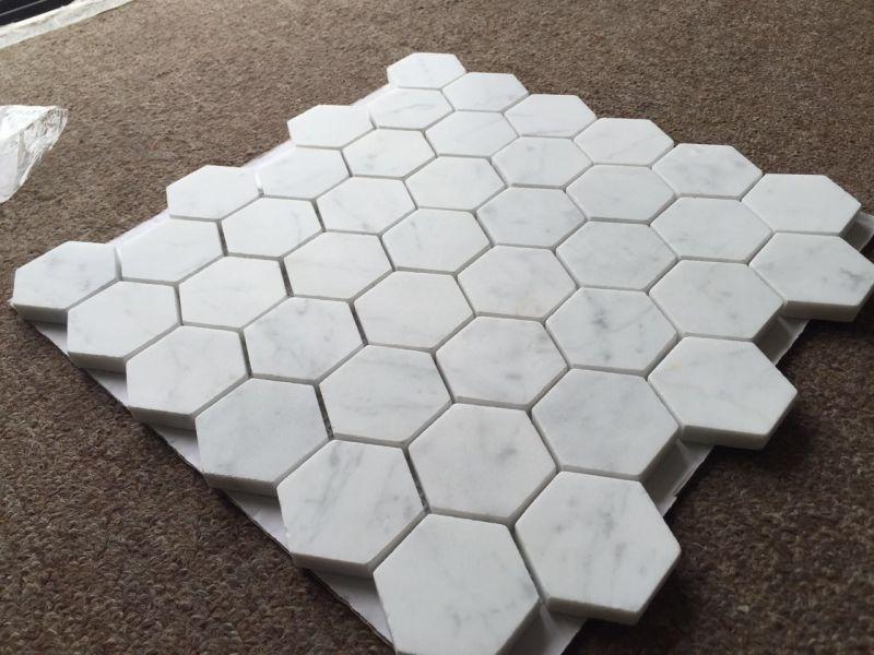 Mattonelle di marmo bianche del mosaico esagonale del marmo dell