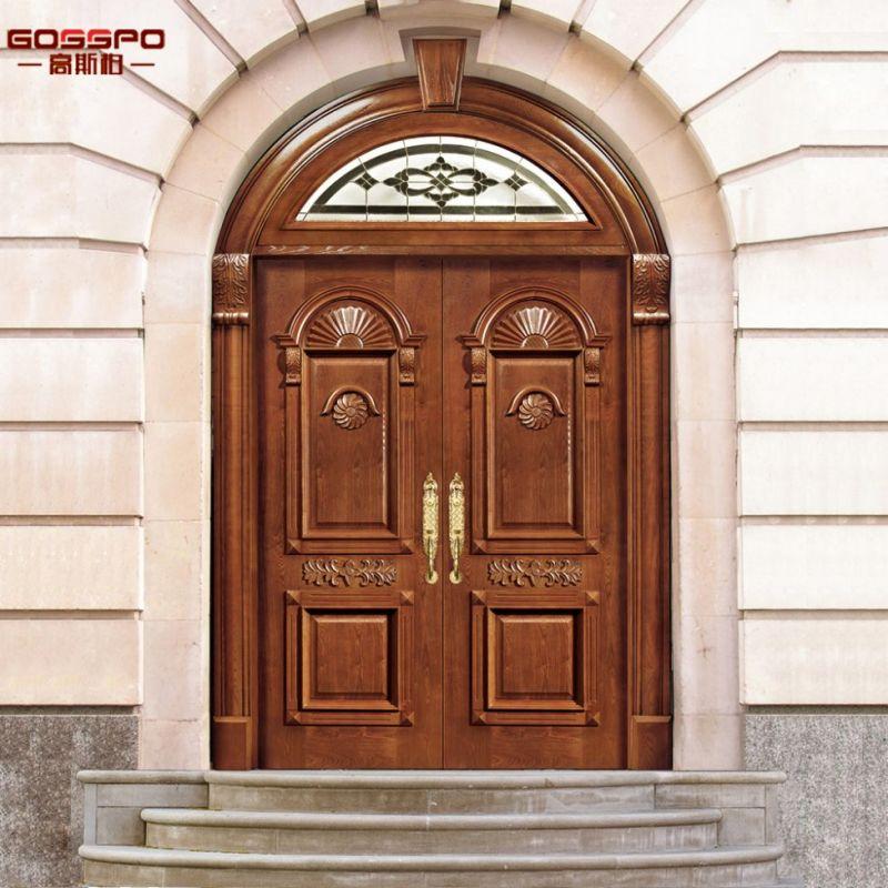 Puerta de madera exterior superior redonda de la iglesia con el ...